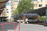 метален навес за много автомобили с покриваща плътна мрежа