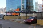 изработване на метален навес за много автомобили покрит с плътна мрежа