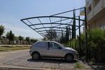 метален навес за много автомобили покрит с плътна мрежа